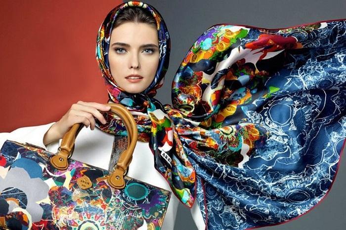 Способы как можно стильно носить шелковый платок.