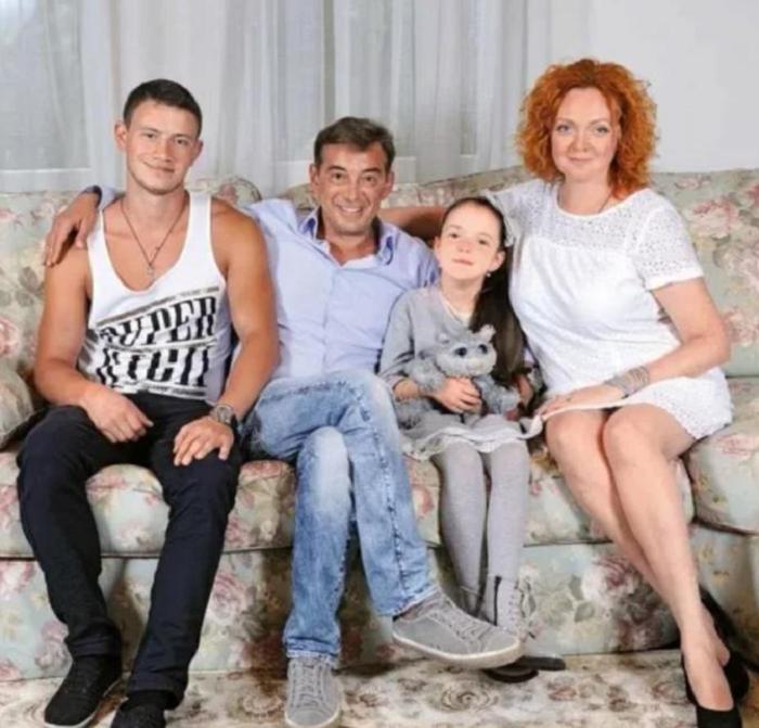 Как выглядит приемный сын Николая Добрынина, который даже похож на него.