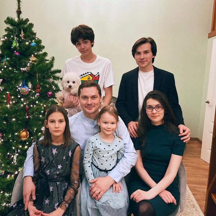 Он бросил жену с восточной внешностью и троих детей, ради более молодой артистки. Личная жизнь Александра Пашкова