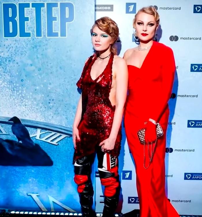 В сети бурно обсуждают дочь Ренаты Литвиновой – Ульяну , которая появилась на премьере фильма мамы в вызывающем платье