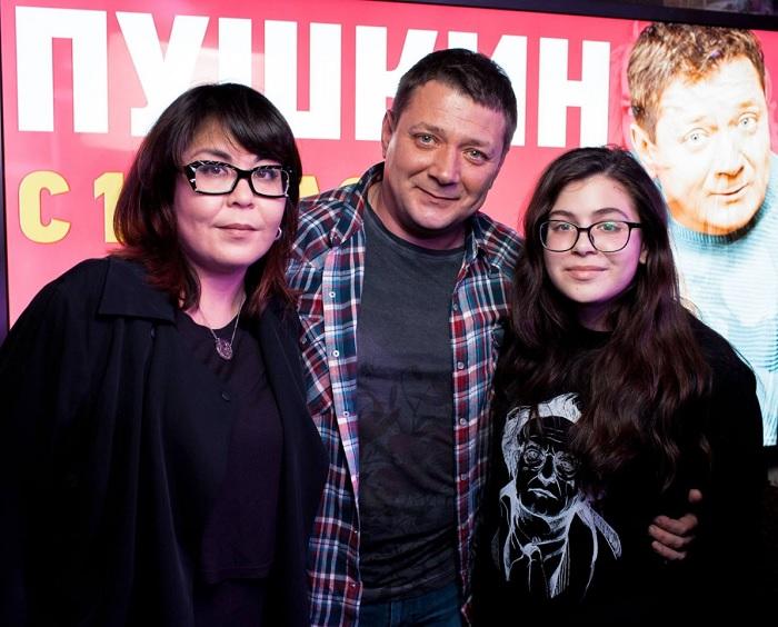 Ян Цапник познакомился со своей будущей женой подумав, что она японка. Как выглядит жена и дочь актера